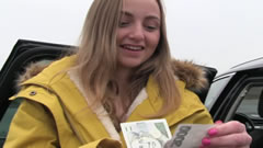 Chica desconocida acepta dinero a cambio de follar