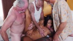 Tres ancianos se follan a una puta mulata