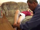 imagen Su hija estaba borracha en el sofá y el padre tuvo sexo con ella