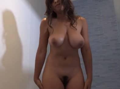 Jovencita tetona se exhibe desnuda para calentar a su novio