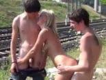 imagen Trio de sexo amateur frente a las vías del tren
