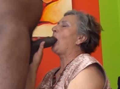 Vieja de 80 años comiéndose una polla negra