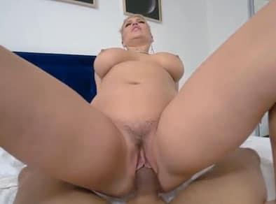 No debería follarse a su mamá pero ella no debería está viendo porno
