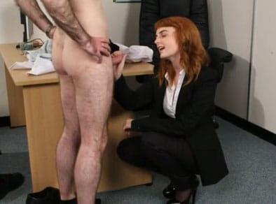 El paciente está desnudo y la doctora le apetece comerle la polla