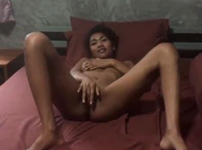 Tailandesa tetona se masturba frente un cliente