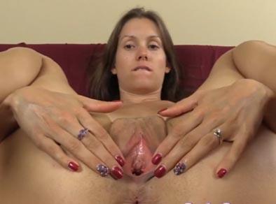 Madurita mostrando su coño abierto en la webcam