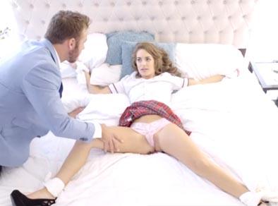 La colegiala espera a su padre con las piernas abiertas