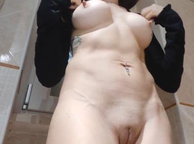 Madura tocando su coño en un baño publico