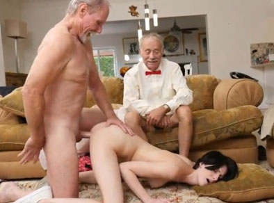 Dos viejos follando el culo de la sobrina puta