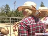 Hermanas cabalgando en el rancho de papa