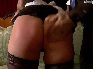 Zorrita atractiva en una brutal orgía anal