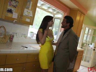 Madura seduce a un comercial y se lo folla