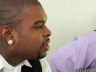 Secretaria entrevista a dos hermanos de color
