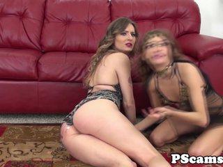 Tia y sobrina hacen la tijera por webcam porno