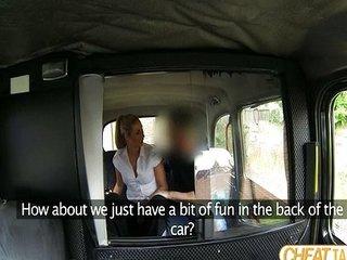 Rubia se cabalga al taxista en su coche