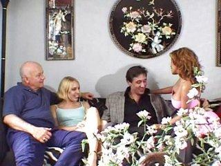 El abuelo quiere hacer un intercambio de parejas