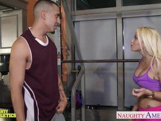 Desfase sexual con una rubia en el gimnasio