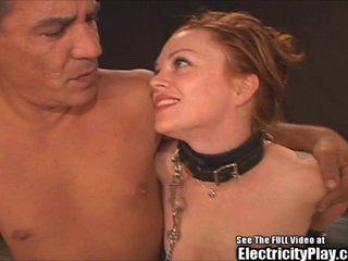 Sesión BDSM con electrodos en todo el cuerpo