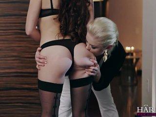 Modelo lesbiana follada con doble consolador