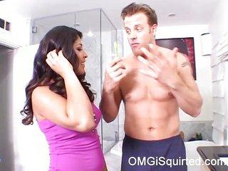 latina peluda se corre en la boca de un tio