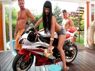 Les limpia la moto y encima se la follan
