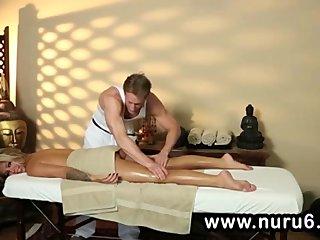 Rubia rellenita desnudada por el masajista