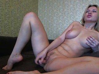 preciosa rubia masturba su culo