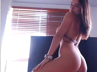 Chica con cuerpazo se graba desnuda en su cuarto