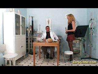 Enfermera le quita el estrés al doctor