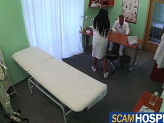 Doctor se tira a una aprendiz de enfermeria