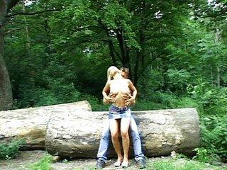 Sexo en el bosque con una zorra ninfomana
